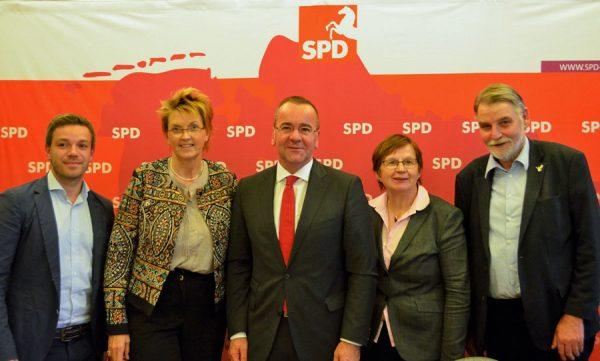 Gruppenbild mit Deniz Kurku, MdB Susanne Mittag, Minister Boris Pistorius, MdL Renate Geuter und MdL Axel Brammer