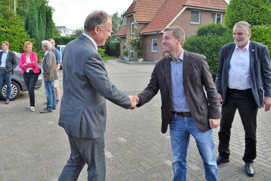 Begrüßung von Ministerpräsident Stephan Weil durch Deniz Kurku und MdL Axel Brammer in Hoykenkamp