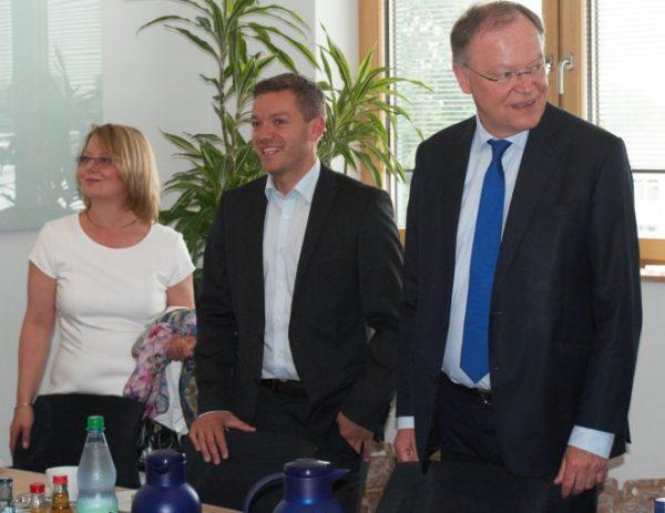 Kamen gemeinsam zum Gespräch zu den Klingele Papierwerken: SPD-Unterbezirksvorsitzende Petra Behlmer-Elster, Landtagskandidat Deniz Kurku und Ministerpräsident Stephan Weil.