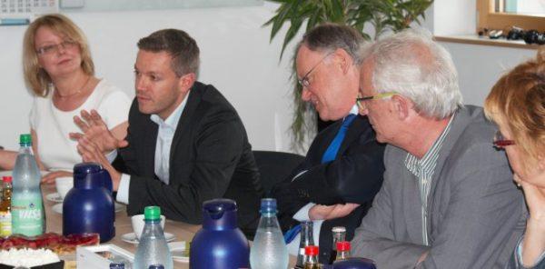 Deniz Kurku (SPD) im Gespräch mit der Geschäftsführung der Klingele Papierwerke.