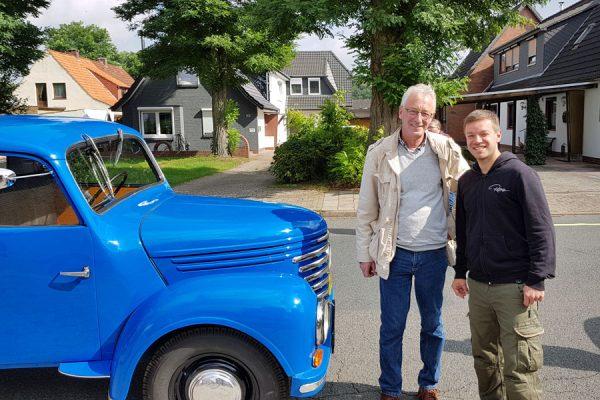 """Es gab auch eine ganz besondere Aktion. Gegen eine Spende für die Arbeit des Vereins fuhr Oberbürgermeister Axel Jahnz eine Runde in seinem 60 Jahre alten Pritschenwagen. Den hat er übrigens mit Freunden selbst restauriert. Natürlich habe ich die Chance genutzt und echt Spaß gehabt auf unserer Rundtour."""""""