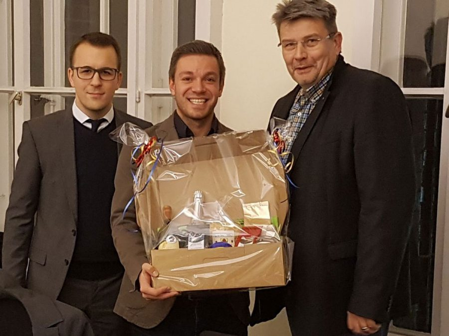 Von links: Stv. Vorsitzender Bastian Ernst, Deniz Kurku und dwfg-Geschäftsführer Axel Langnau