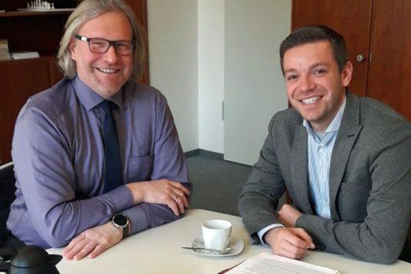 SPD-Landtagsobgeordneter Deniz Kurku im Gespräch mit dem Schulleiter Ulrich Droste