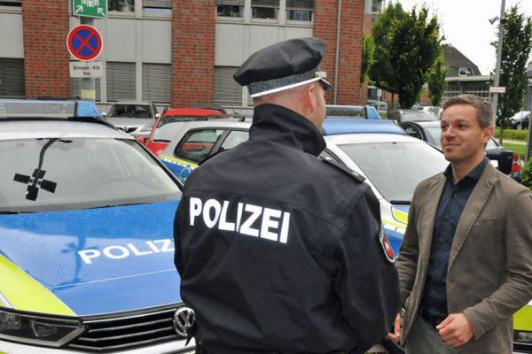 Deniz Kurku im Gespräch mit einem Polizisten