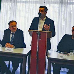 Deniz Kurku (Mitte) spricht zu den Vertretern der Presse. Dabei sind v.l. Oberbürgermeister Axel Jahnz, Ministerpräsident Stephan Weil, Betriebsratsmitglied Olaf Mehlis.