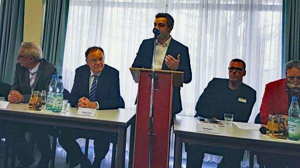 Deniz Kurku (Mitte) spricht zu den Vertretern der Presse. Dabei sind v.l. Oberbürgermeister Axel Jahnz, Ministerpräsident Stephan Weil, Betriebsratsmitglied Olaf Mehlis