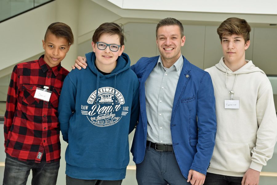 Deniz Kurku mit Delmenhorster Schülern