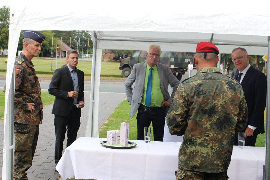 (v.l.): Generalleutnant Martin Schelleis, Ratsherr und SPD-Landtagsabgeordneter Deniz Kurku (SPD), Oberbürgermeister Axel Janz, Oberstleutnant Ickert und Ministerpräsident Stephan Weil